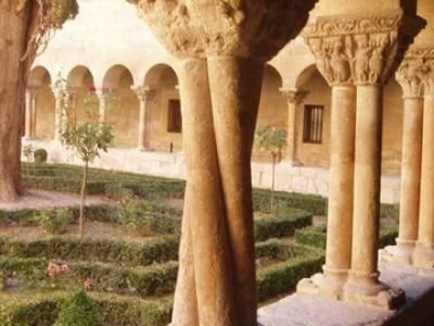 Columna claustro Monasterio de Silos; trekking en madrid; solo mochilas